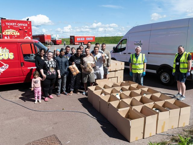 Parte de la compañía Big Kid Circus con voluntarios del Morecambe Bay Foodbank.