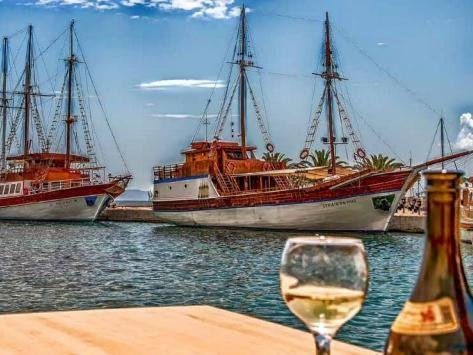Greece produces a huge range of wines, from wines with freshness and acidity from the north of the country, to varieties from the south which are perfect with seafood